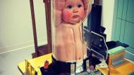 ما السبب الذي قد يدفع الأطباء إلى حشر هذا الطفل الجميل في هذا الأنبوب؟