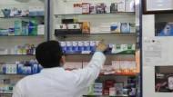 الجزائر – مرضــى لا يكـــترثـــون للـعــواقــب.. وصيــادلـــة مـتــورطـــون